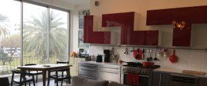 דירות בתל אביב - נוף למטבח של דירה תל אביבית מושקעת ויפהפיה.